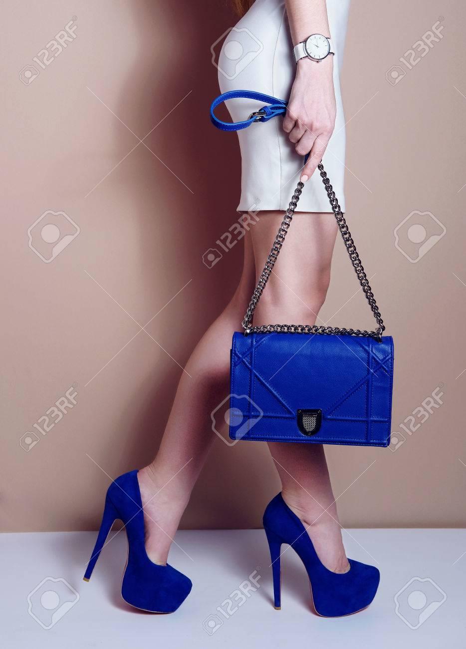 Vestido azul corto con que zapatos