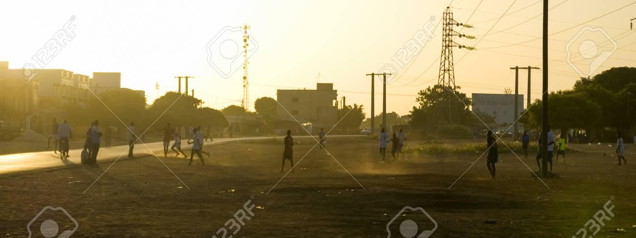 Imagen Panoramica De Ninos Jugando Futbol En La Calle En Africa