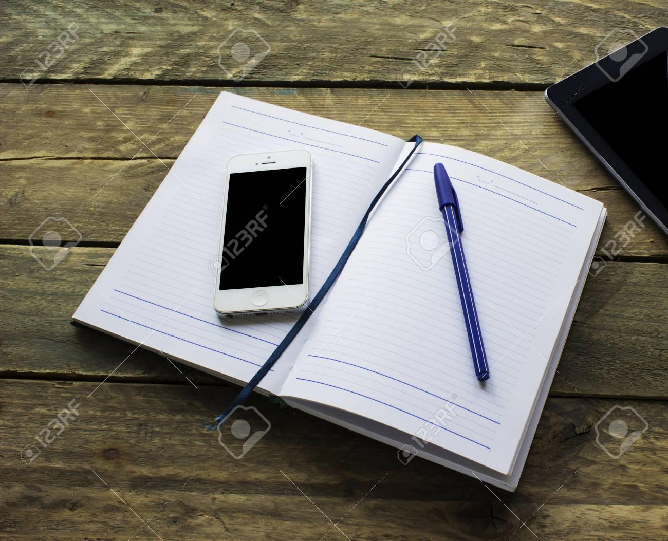 Remarque papier crayon tablette et téléphone vieux bureau en