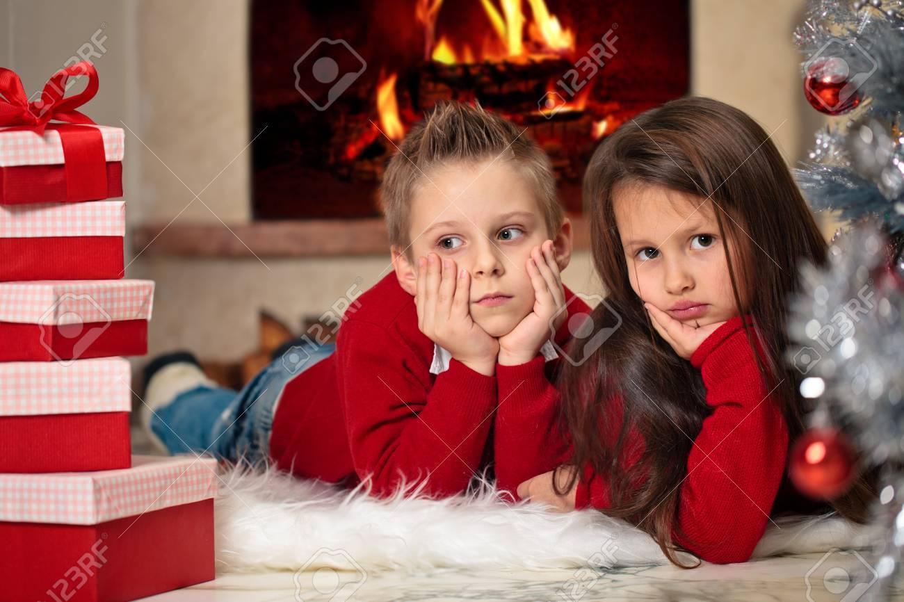 Kinder Geschenke Fur Weihnachten In Der Nahe Von Kamin Vorbereitet