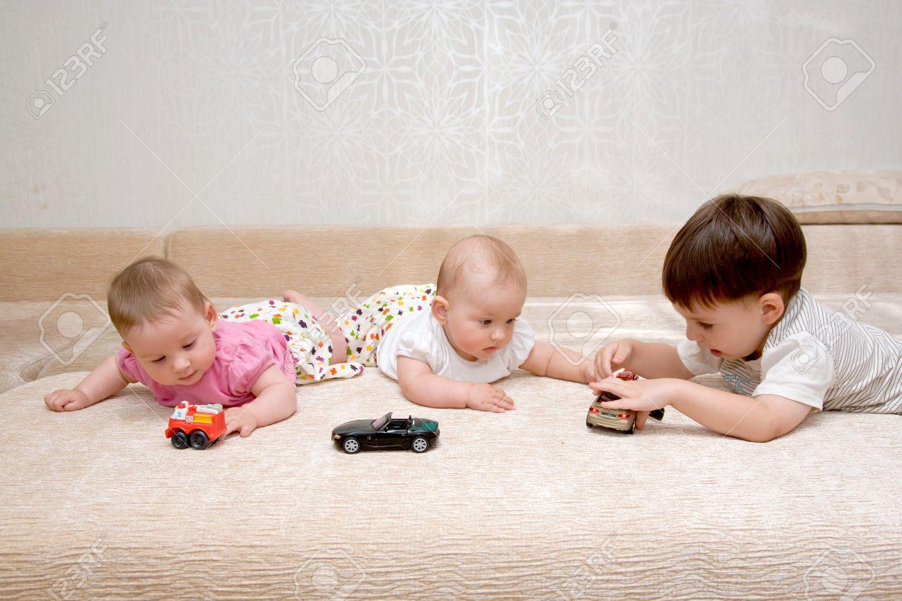 Coches Pequeñas El Con Bebé Hermanas NiñosDos Sofá De Tres Su En Y Juguete Gemelas Mayor Jugando Niñas Infancia Feliz Hermano 0nOPN8kXw