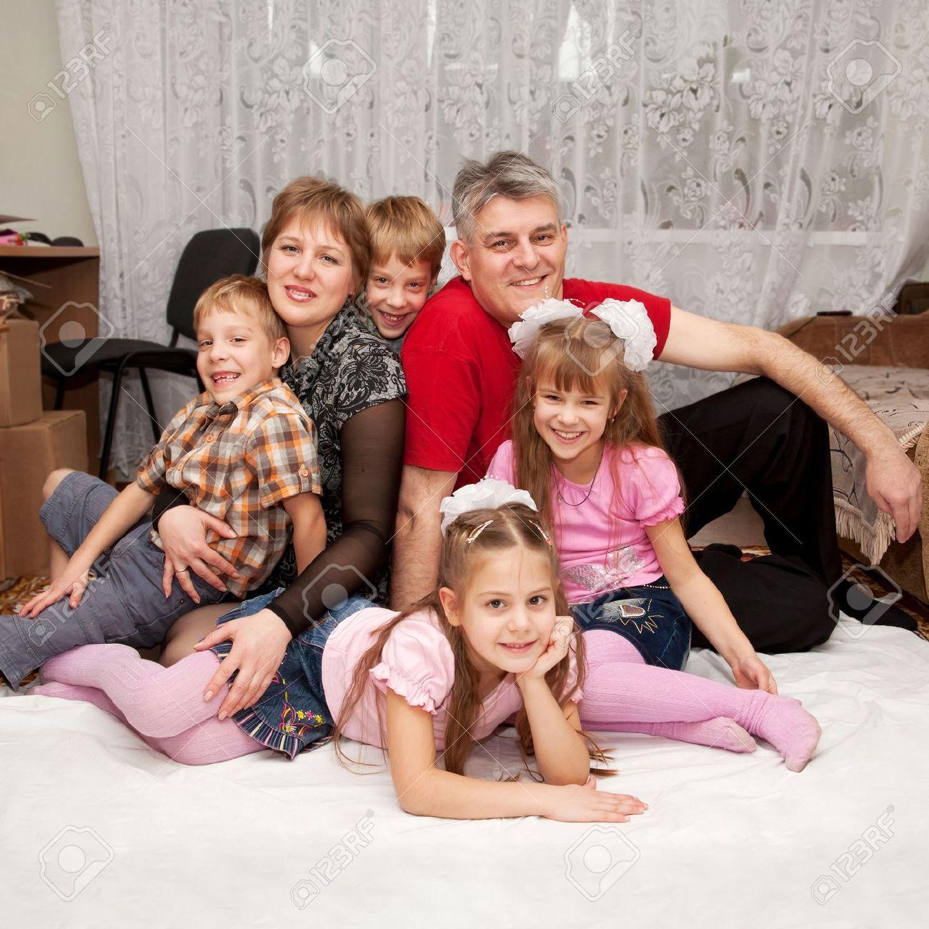 7286e472645a5 Banque d images - Sourire heureux grande famille à la maison. Enfants père