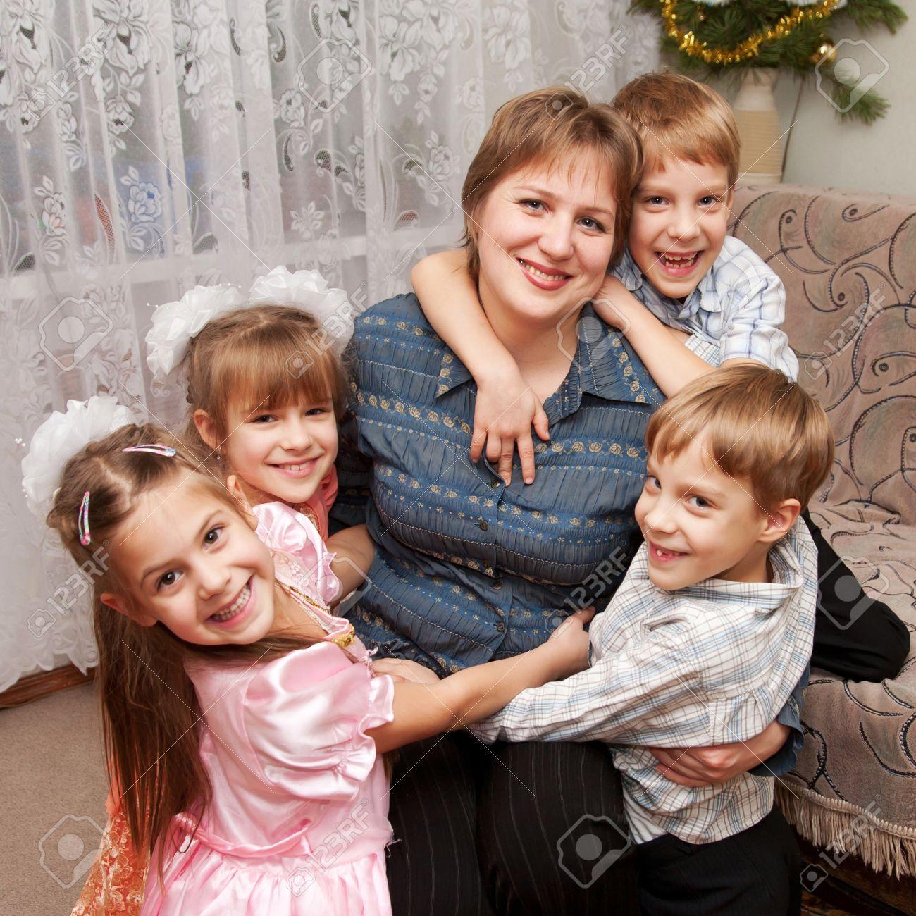 ec04f4fbe7c9c Banque d images - Quatre enfants étreignant la mère. Famille et le concept  de l amour.