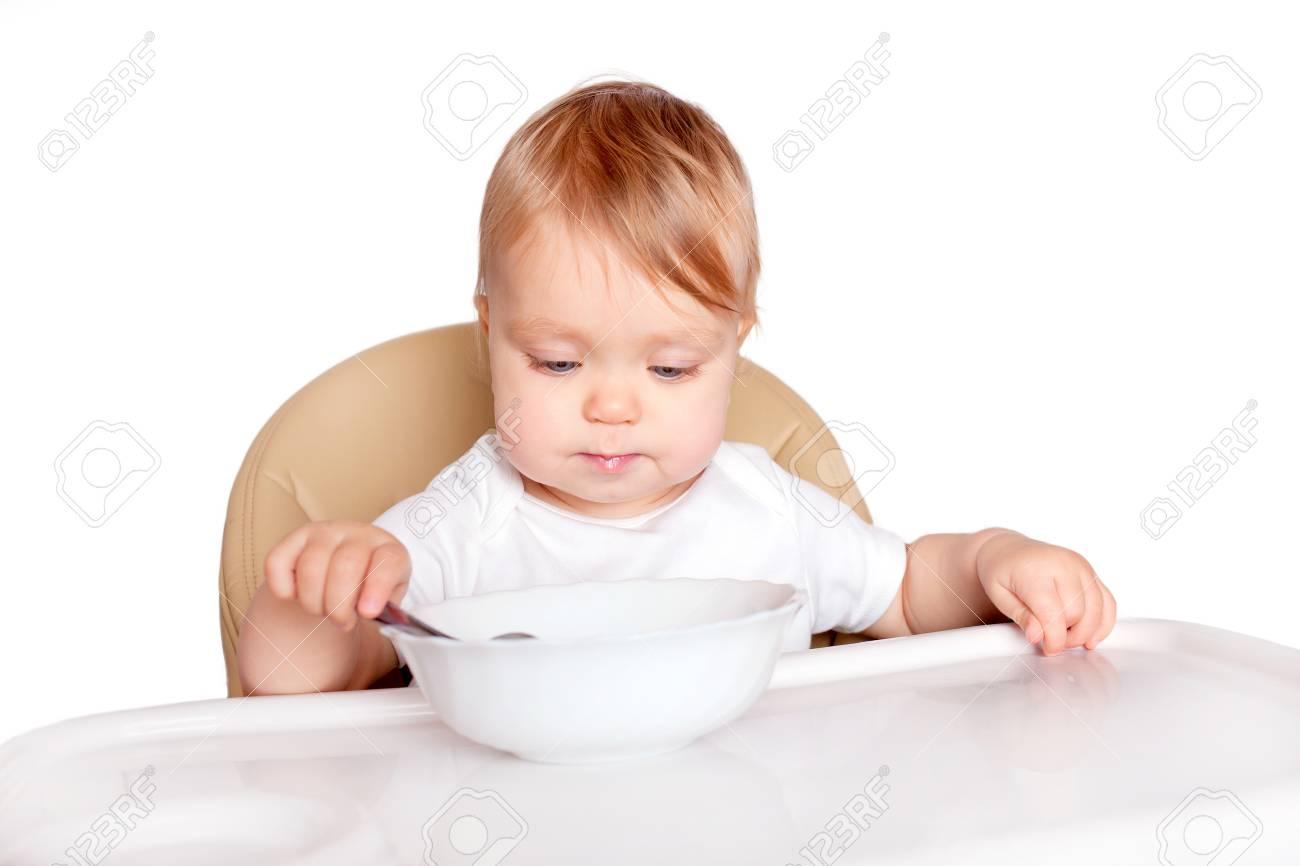 Zitstoel Voor Baby.Baby Eten Met Een Lepel In Een Hoge Stoel Voor Het Voeden