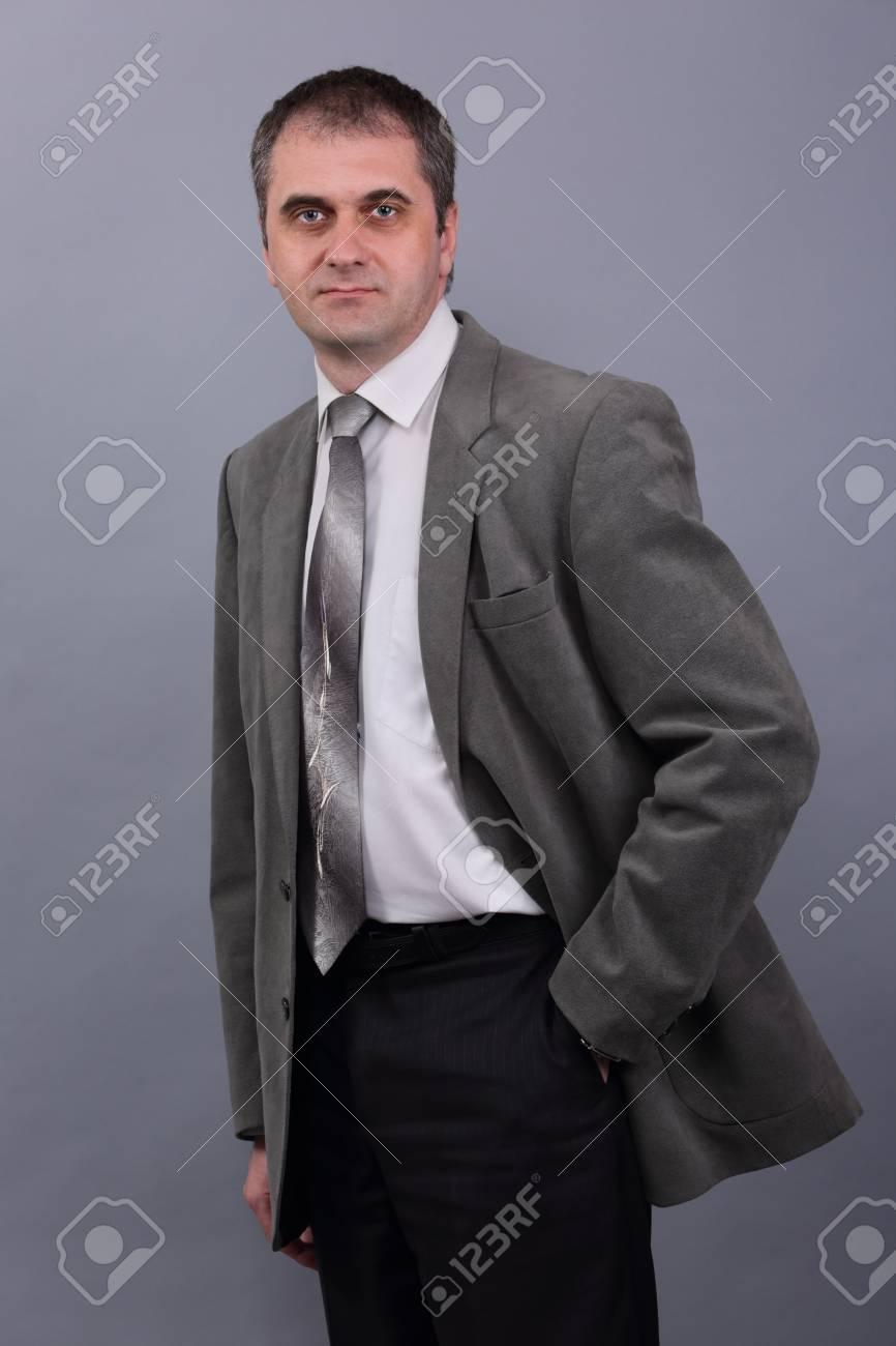 Uomo In Sfondo Grigio Stock Giacca Grigia 79672174 Su Image Immagini Kcl1JTF