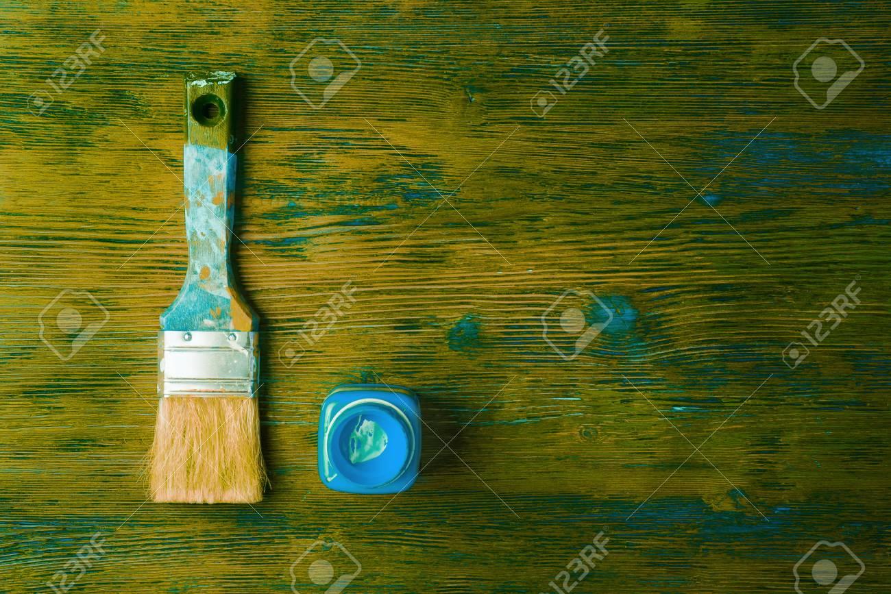Pinceau Et Pot Doccasion Avec De La Peinture Bleue Sur Fond En Bois