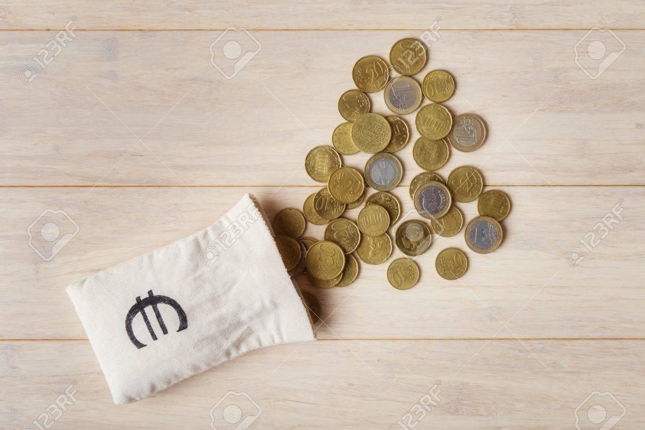 Euro Münzen Mit Leeren Geldbeutel über Hölzerne Hintergrund Ansicht