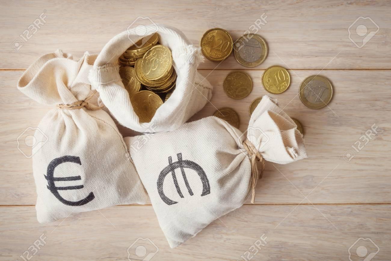 Euro Münzen In Geldsäcke Ansicht Von Oben Lizenzfreie Fotos Bilder