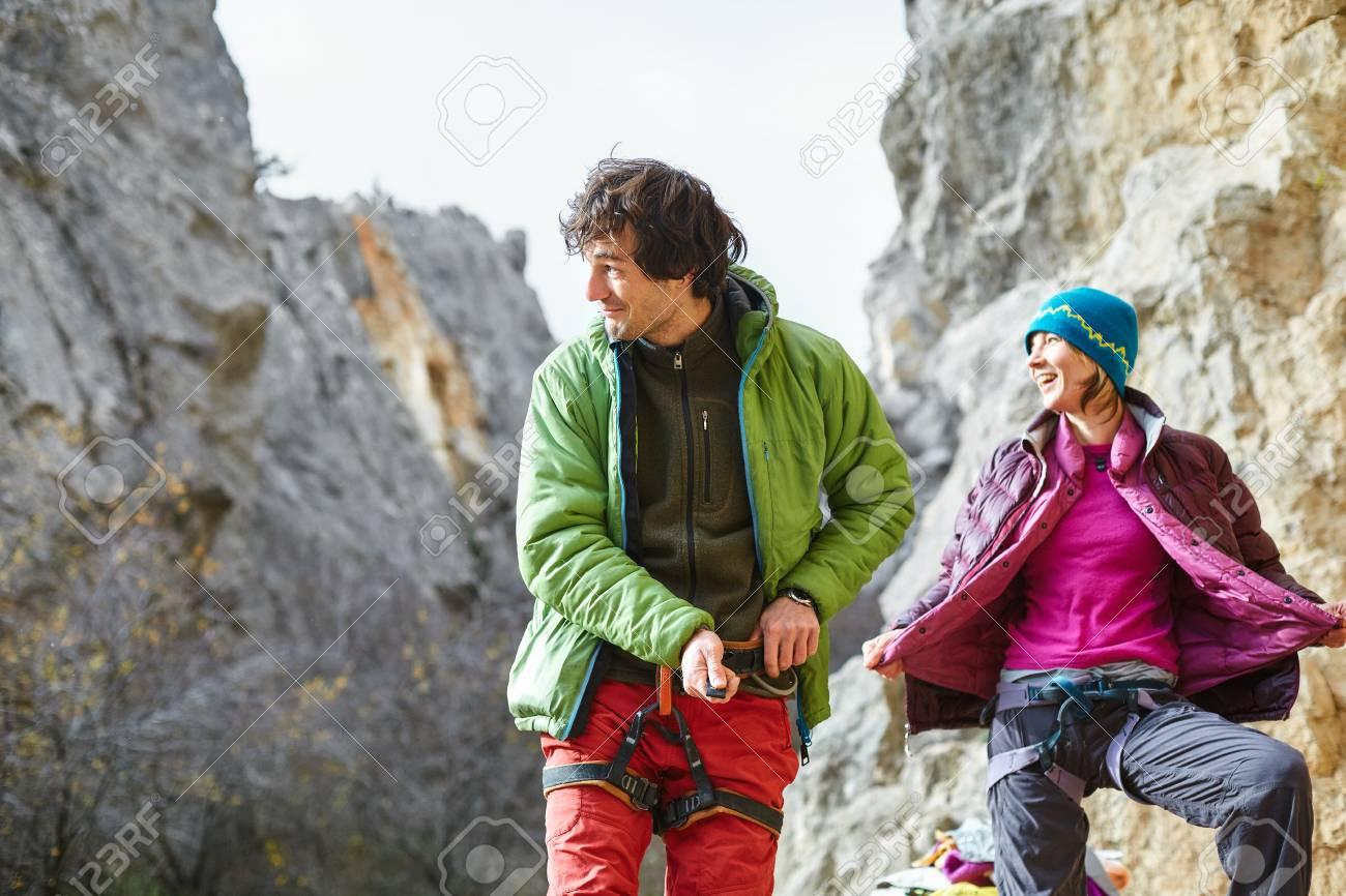 obtener nueva nueva lanzamiento ahorrar Hombre escalador en ropa de abrigo preparándose para escalar bajo el  acantilado en invierno un día nevado