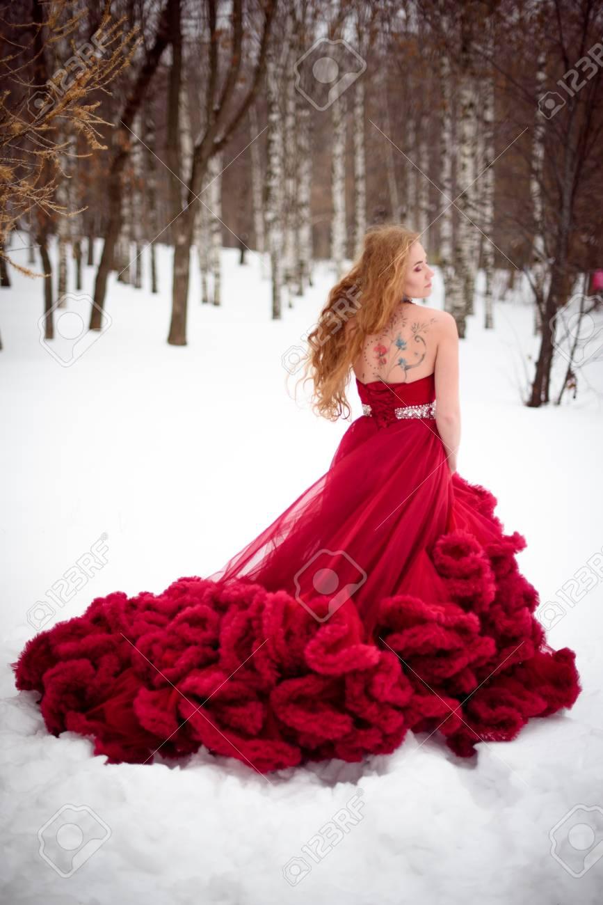 Die frau im roten kleid marchen