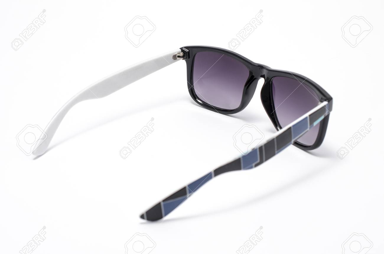 dc493a13d60fdd Zonnebril in dik zwart plastic frame geïsoleerd op wit Stockfoto - 80238975