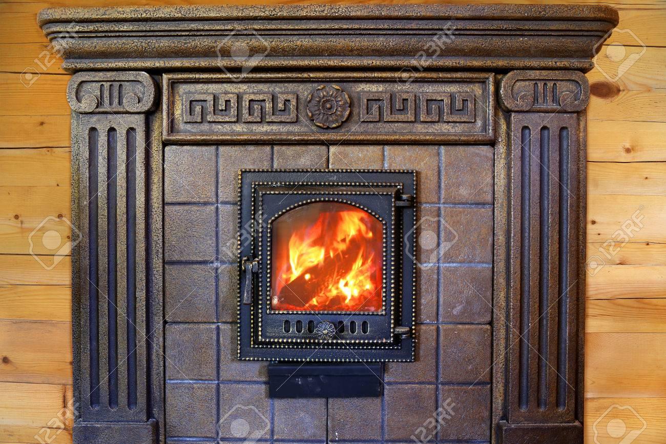 elegant cool diseo burning chimenea con puerta de hierro fundido cerca de la pared de madera foto with chimeneas diseo with chimeneas diseo with chimeneas - Chimeneas Diseo
