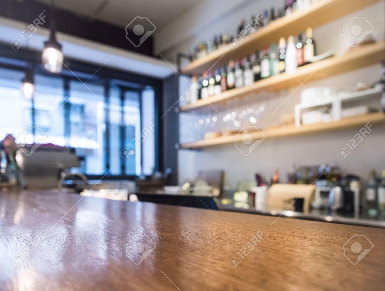 Il piano d\'appoggio con mensola della cucina caffè bar con bottiglia