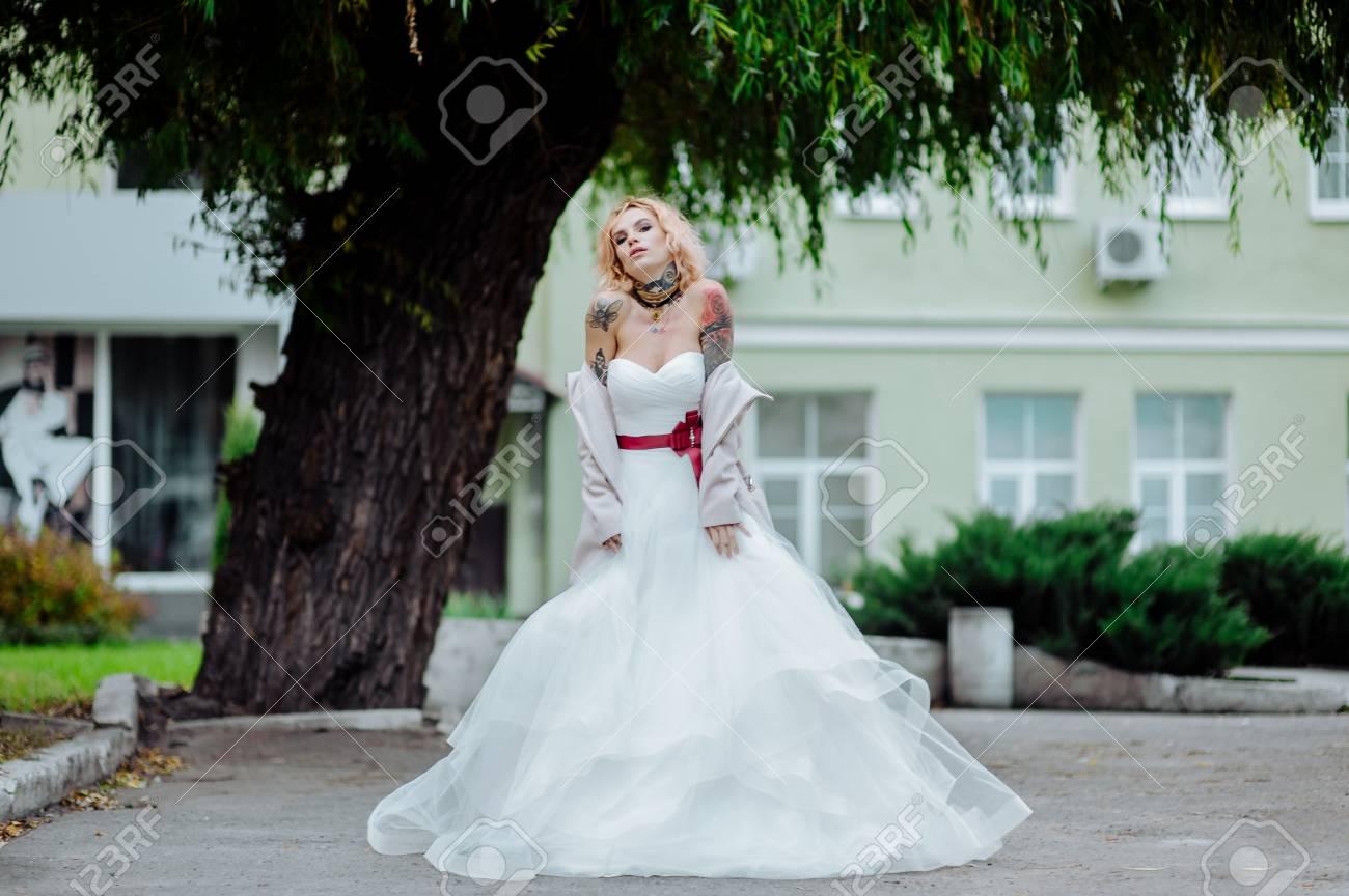 Straßenmodekonzept: Porträt Der Jungen Schönheit, Die Weißes Kleid ...