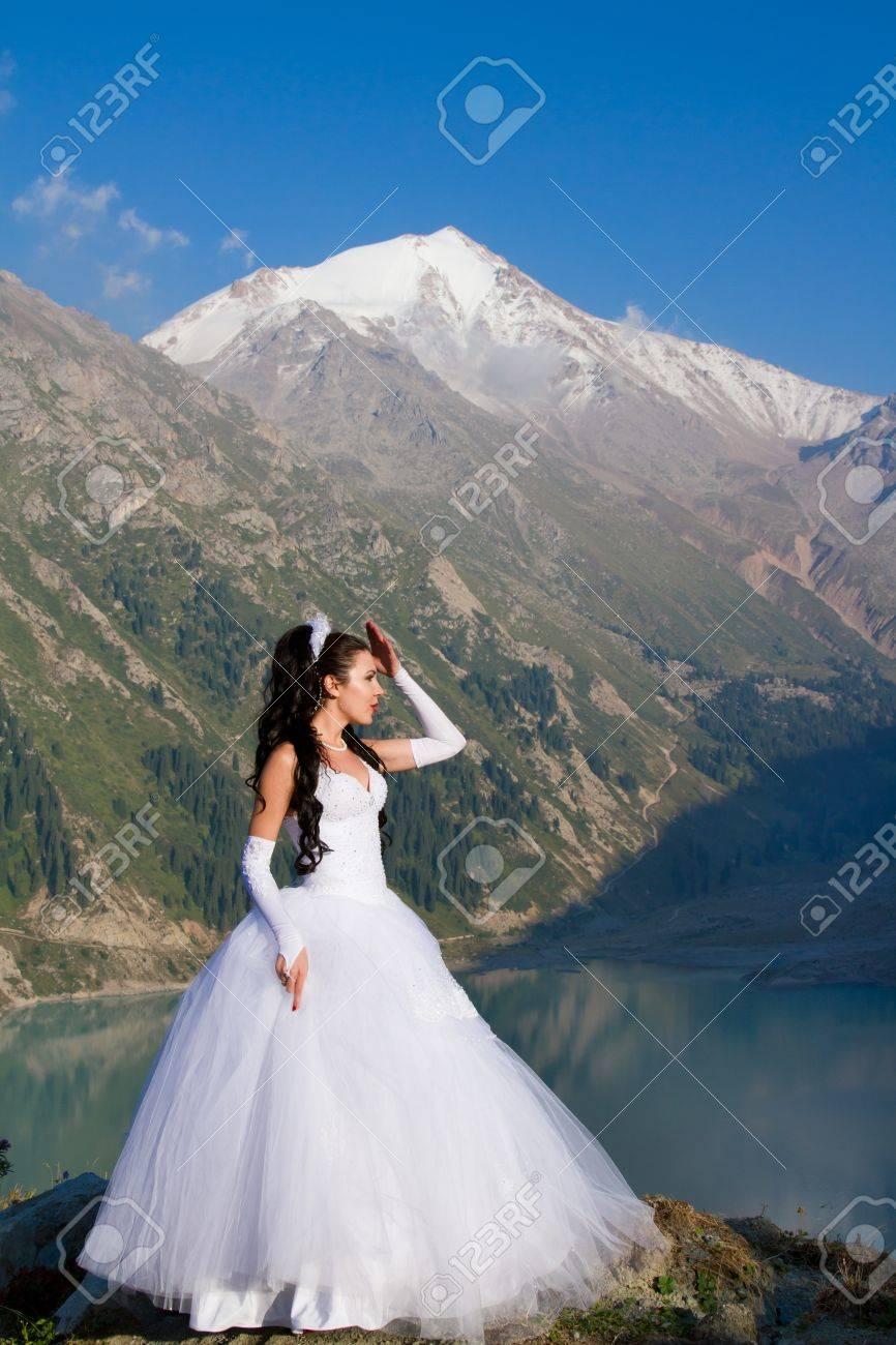 Una Mujer Casada Novia En Su Vestido De Novia En Dorado Sol De La ...