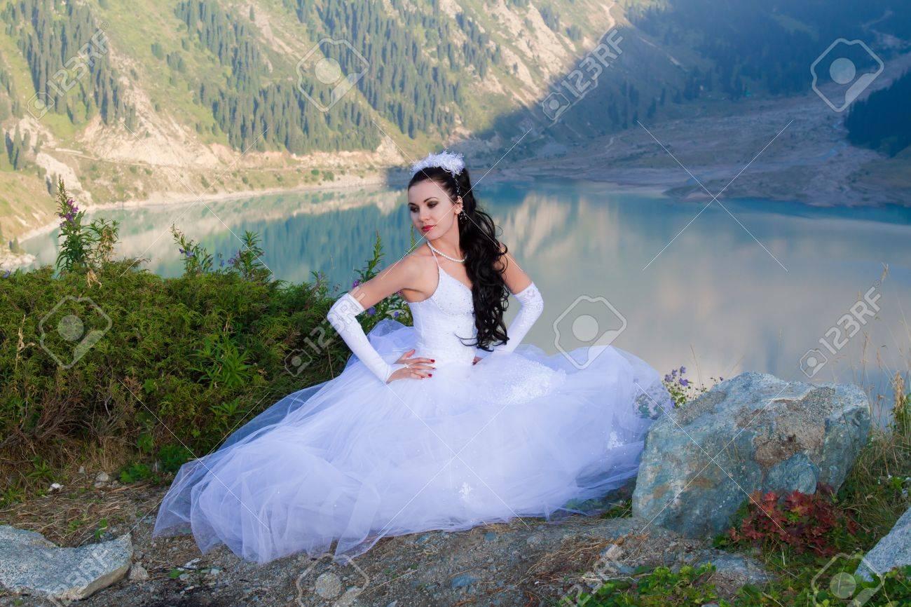 La Novia Sexy Mujer Hermosa En Su Vestido De Novia En La Montaña En ...