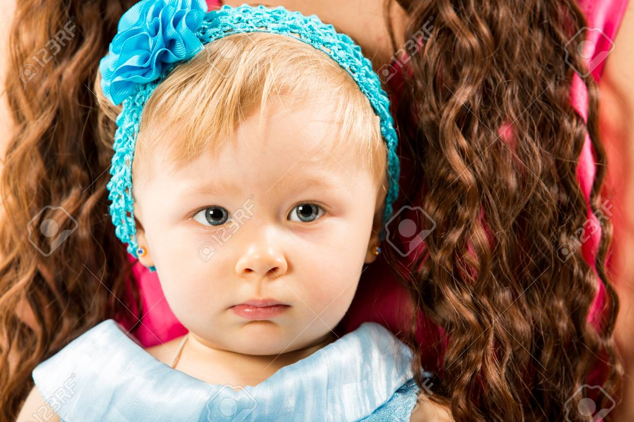 青い目の女の子かわいい子は。赤ちゃん、子育てや愛の概念の使用します