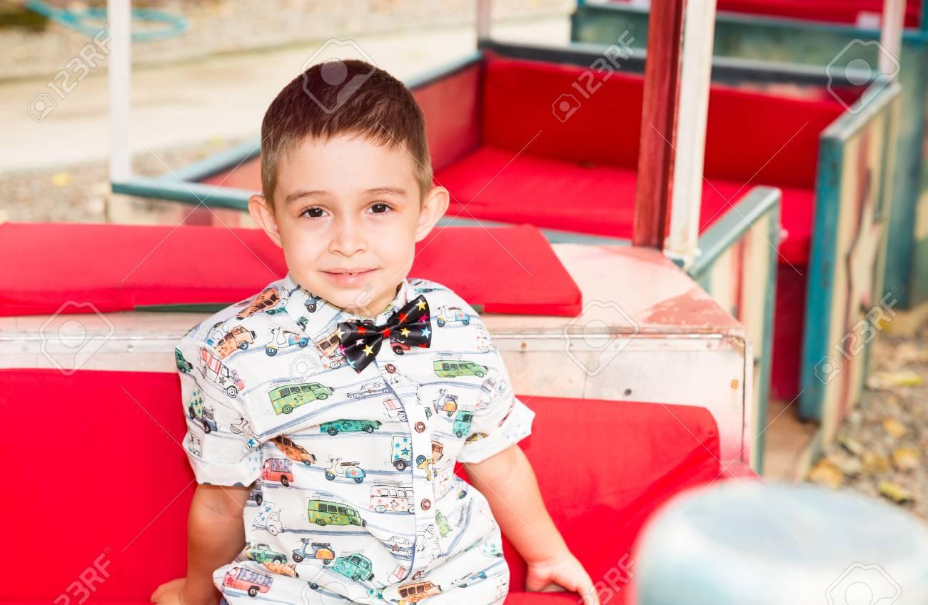夏の自然の公園でかわいい小さな子供男の子。赤ちゃん、子育てのため使っ