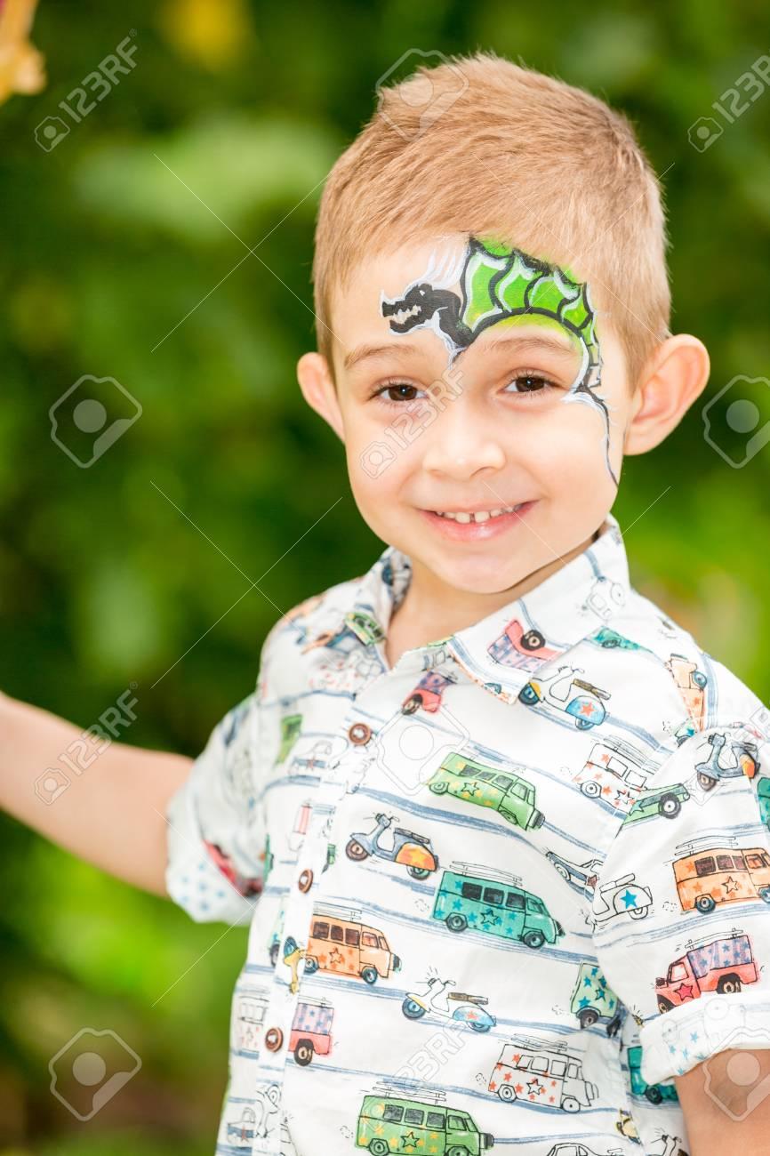 かわいい子を持った少年夏の自然公園でアクアメイク アップ。赤ちゃん