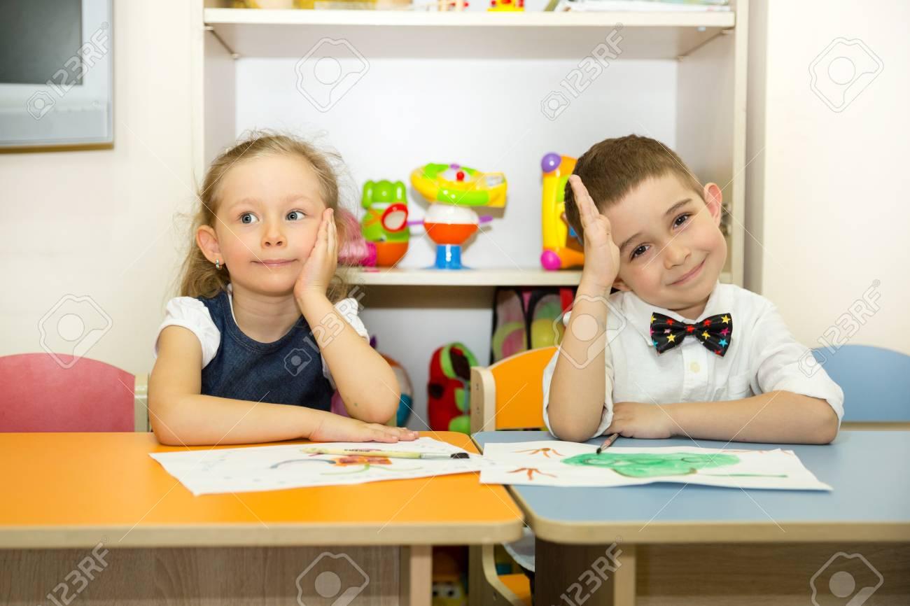 Entzuckende Kinder Jungen Und Madchen Zieht Einen Pinsel Und
