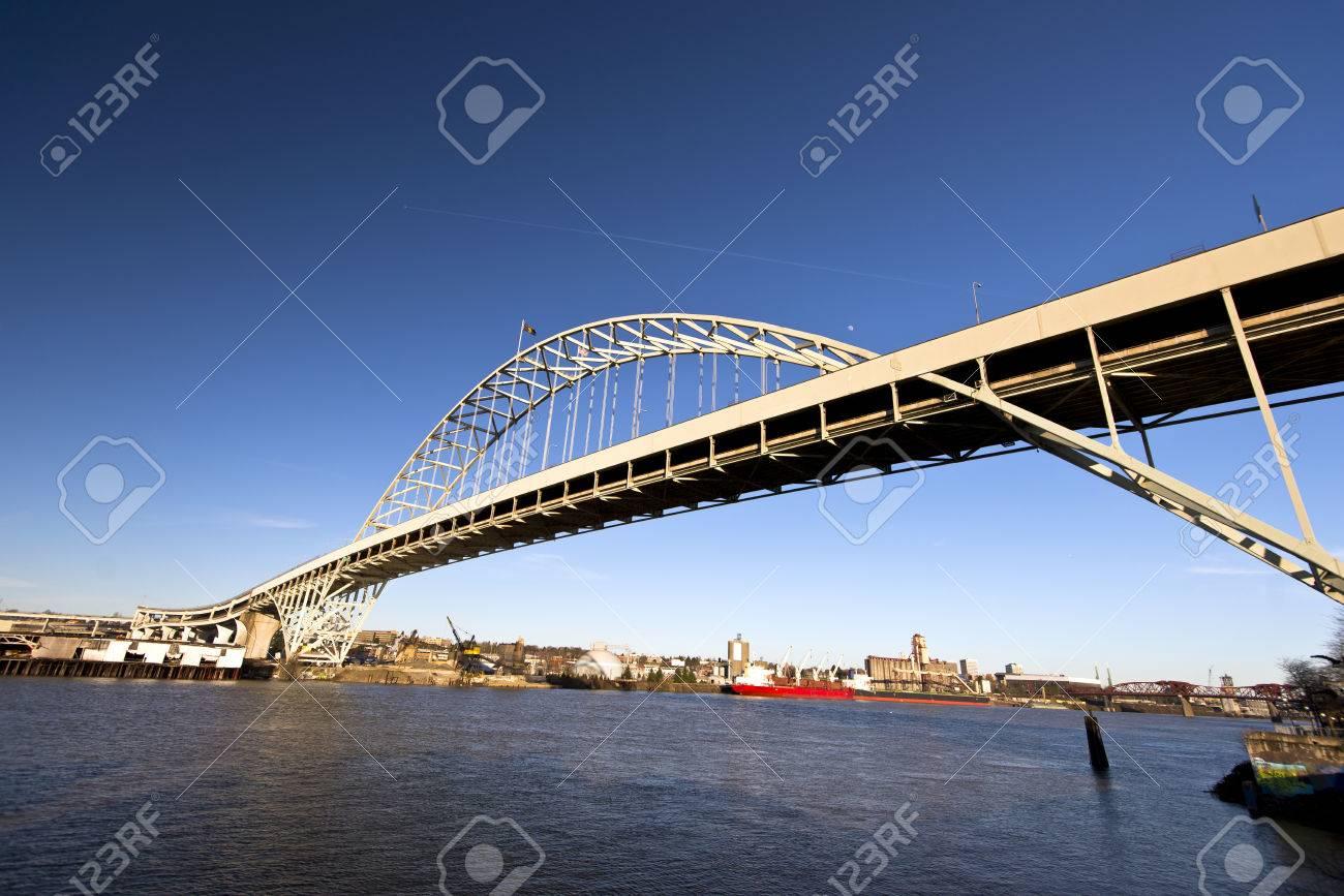 Gran Marco Arqueado Dos Pisos De Metal Fremont Puente Sobre El Río ...