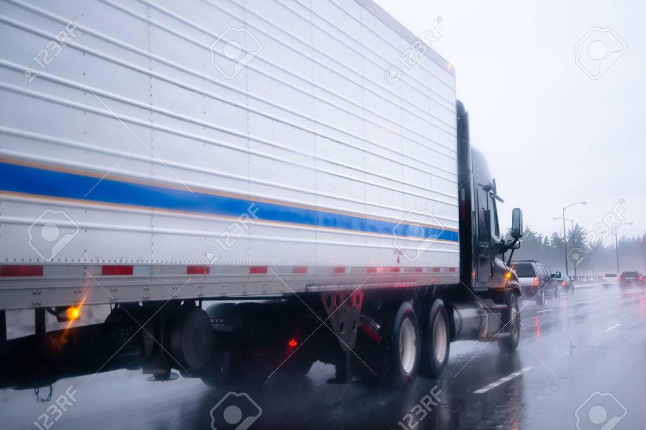 Amerikanischer Kühlschrank Transportieren : Big rig lkw mit kühlschrank einheit auf reefer anhänger