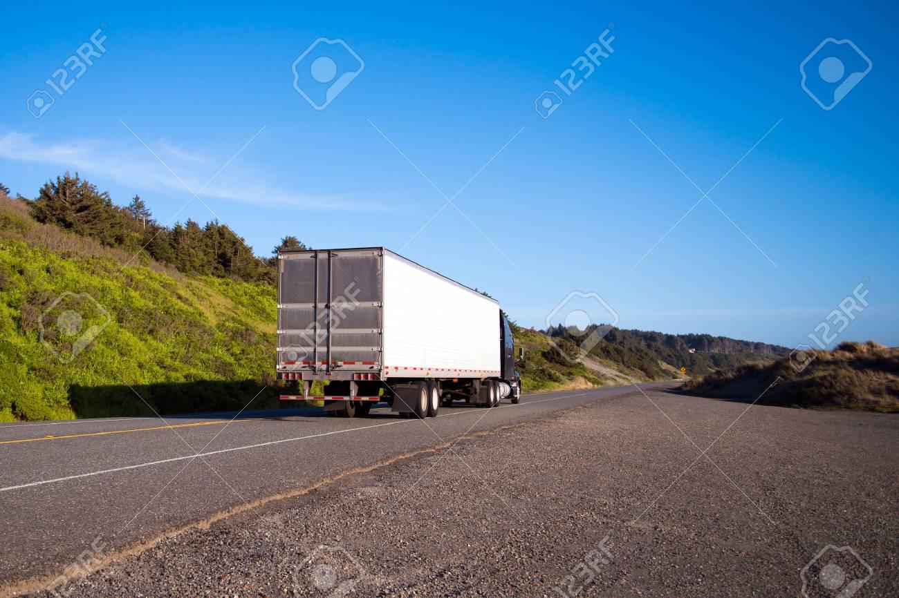 Allein Halb LKW Mit Einem Trockenen Lieferwagen Verlässt In Die ...