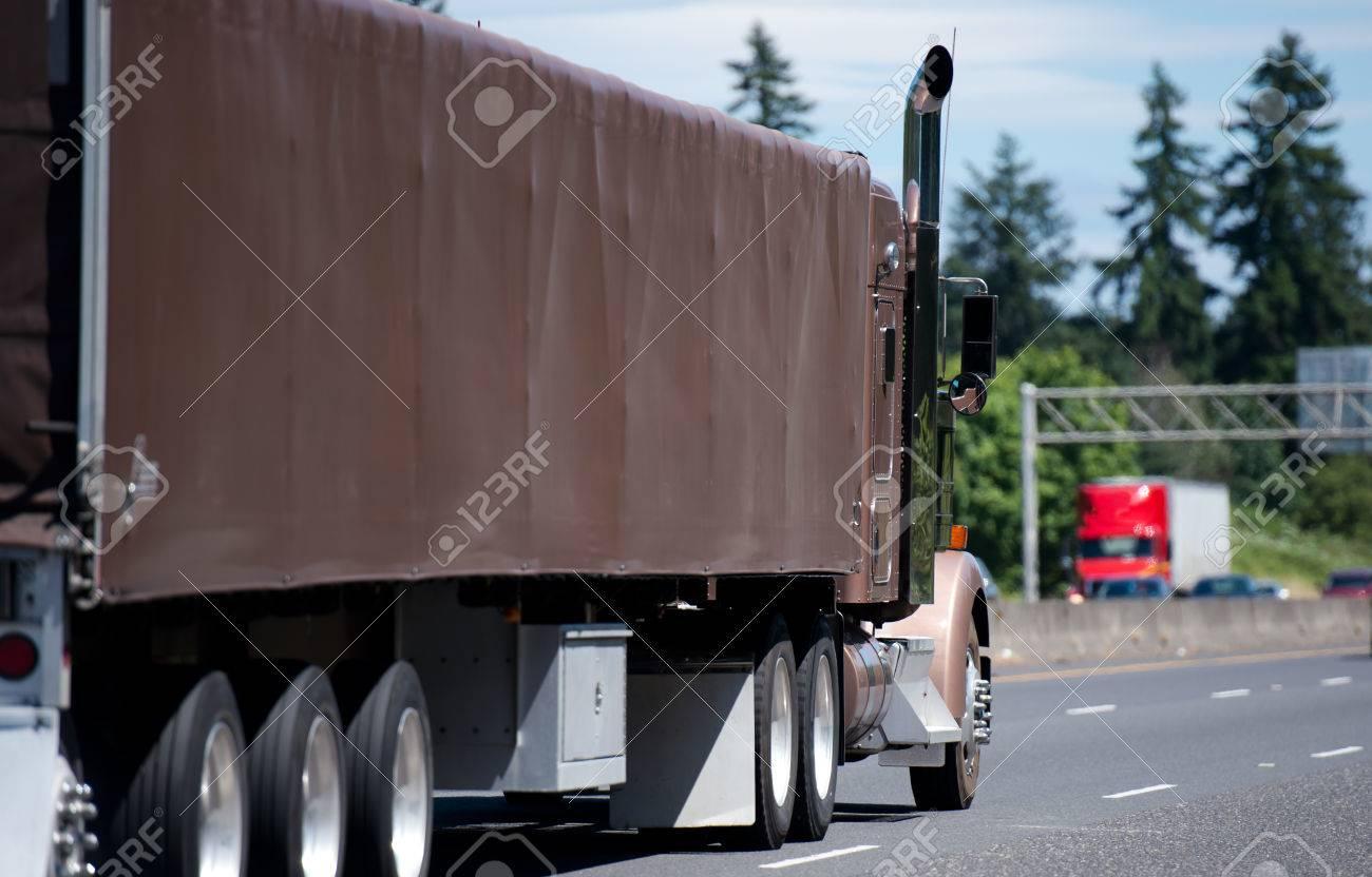Un Clásico Camioneta Semi Rígida De Color Beige Suave Con Altos ...