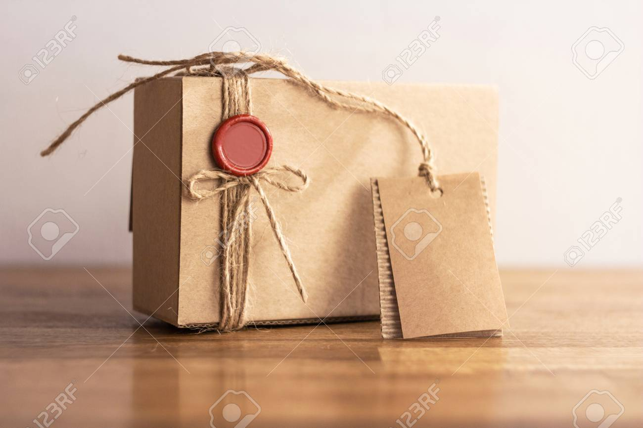 Weinlese-Geschenk-Box Mit Leeren Geschenk Tag Auf Alten Hölzernen ...