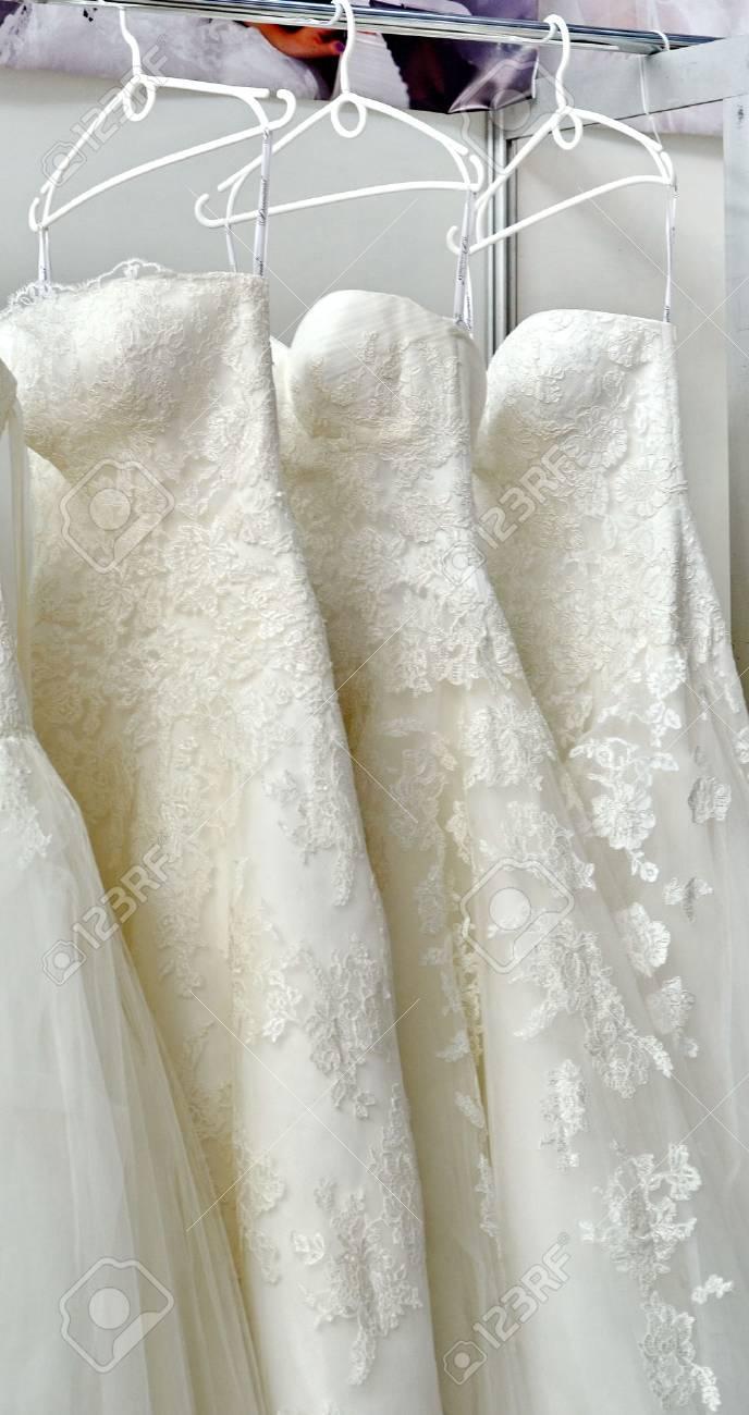 85ca00e753b1 Archivio Fotografico - Collezione di abiti da sposa appesi nel negozio
