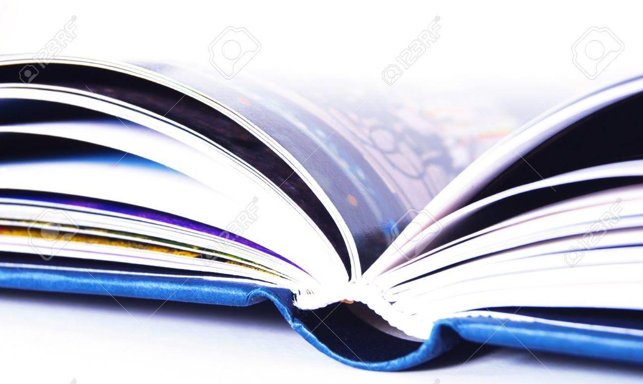 Detail D Un Livre Bleu Ouvert Isole Sur Fond Blanc