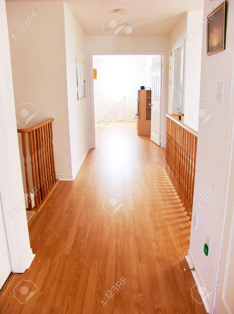 Fesselnd Leere Korridor In New House Führt Zu Helles Licht Fenster Standard Bild    2933240