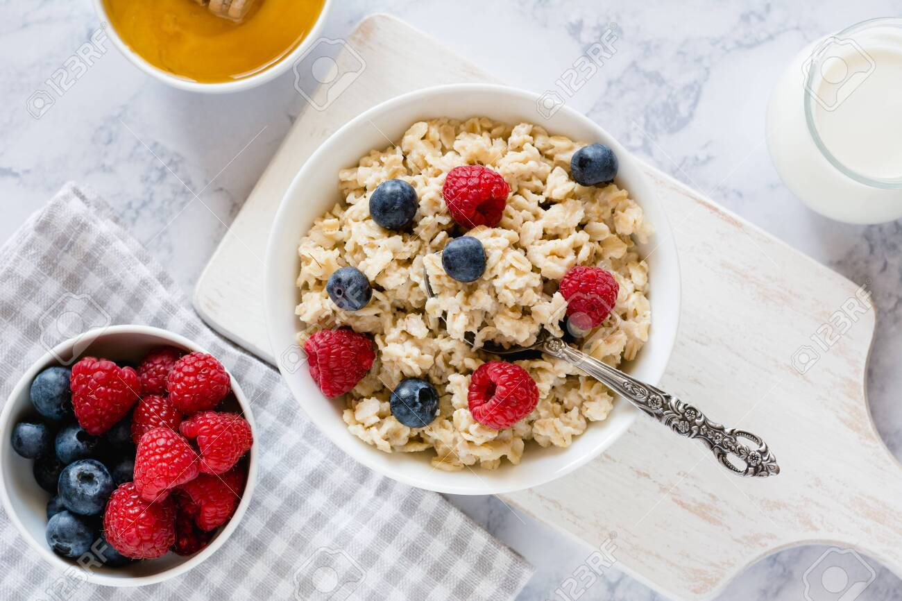 Oatmeal with berries for breakfast in a bowl - 147072925
