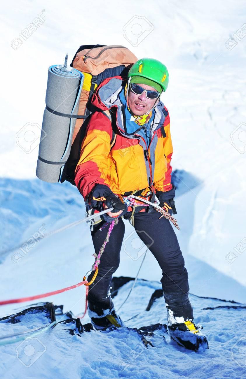 雪山の登山家 の写真素材・画像素材 Image 73202402.