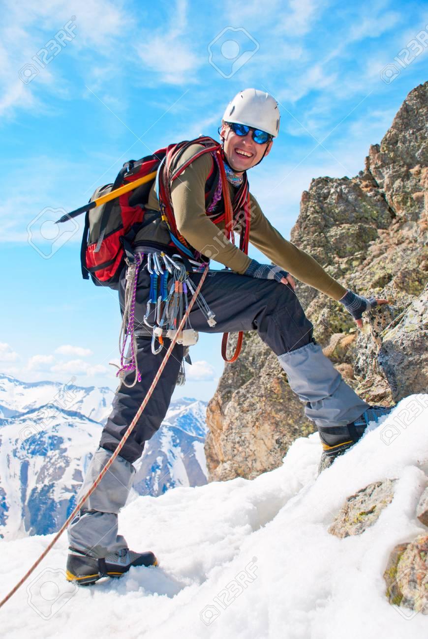 孤独な登山家頂上に到達 の写真素材・画像素材 Image 73202076.