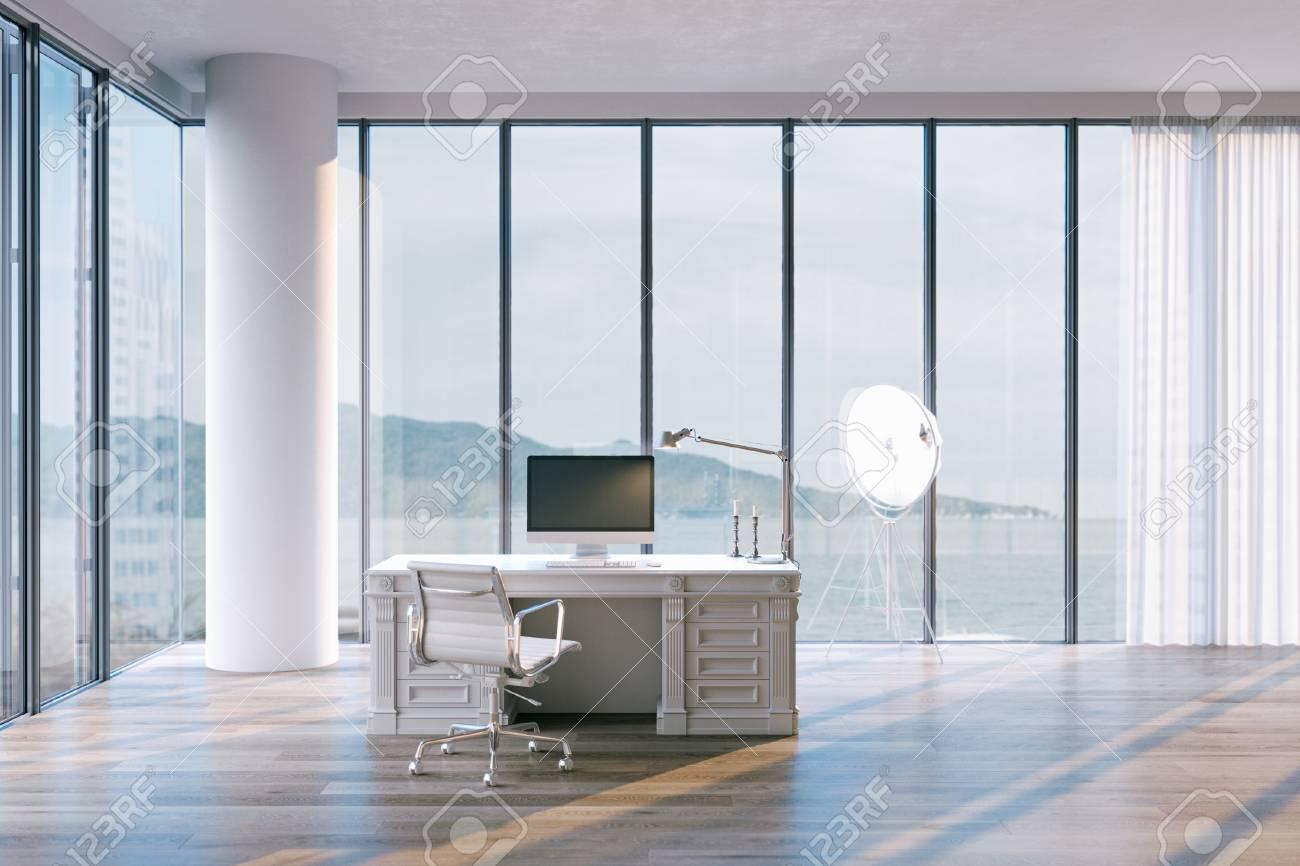 Minimalistischer ger büroinnenraum im penthouse mit großen