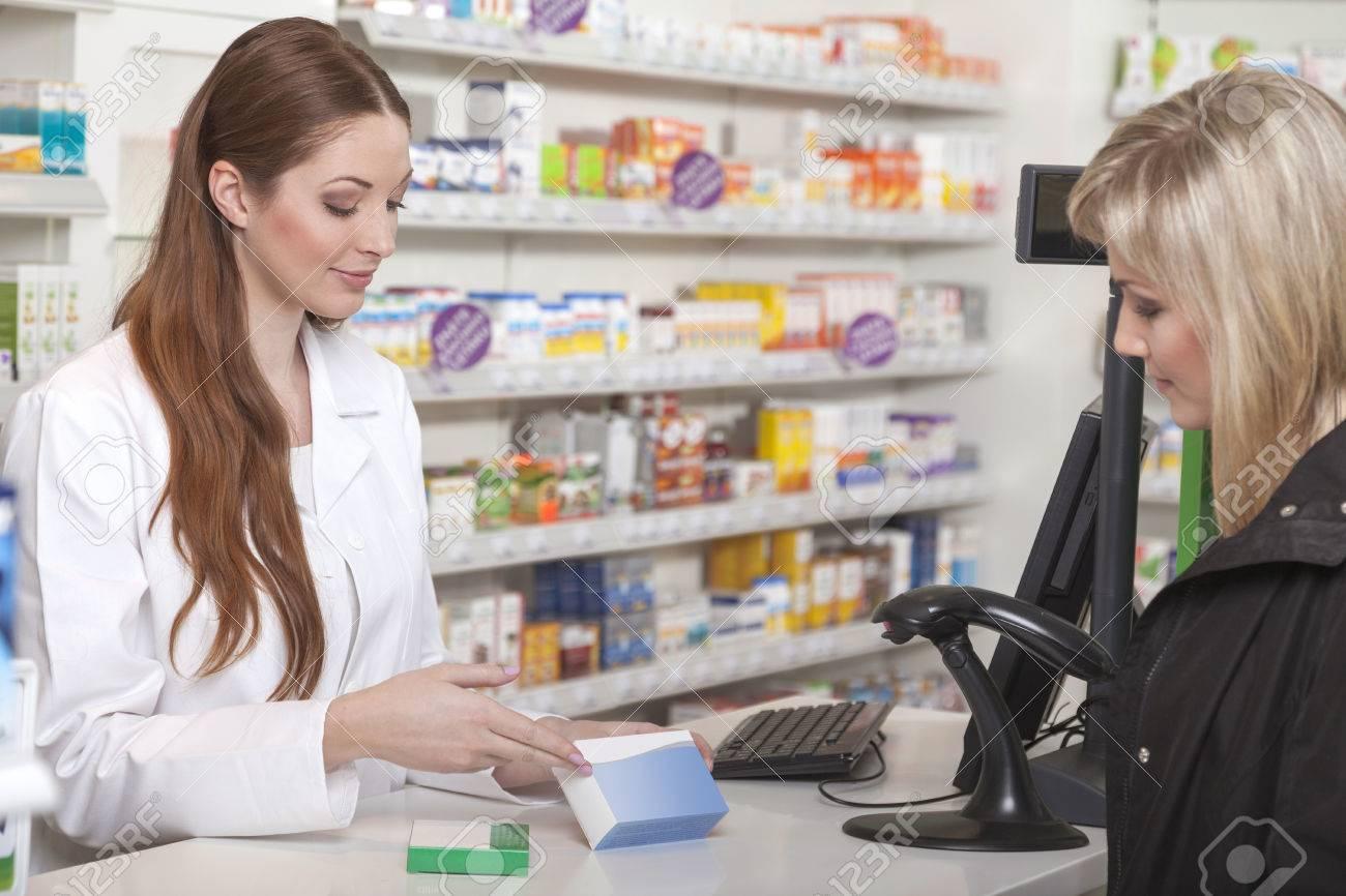 10924d600 Farmacéutico de sexo femenino cómodo recomienda un producto alternativo a  su cliente Foto de archivo -