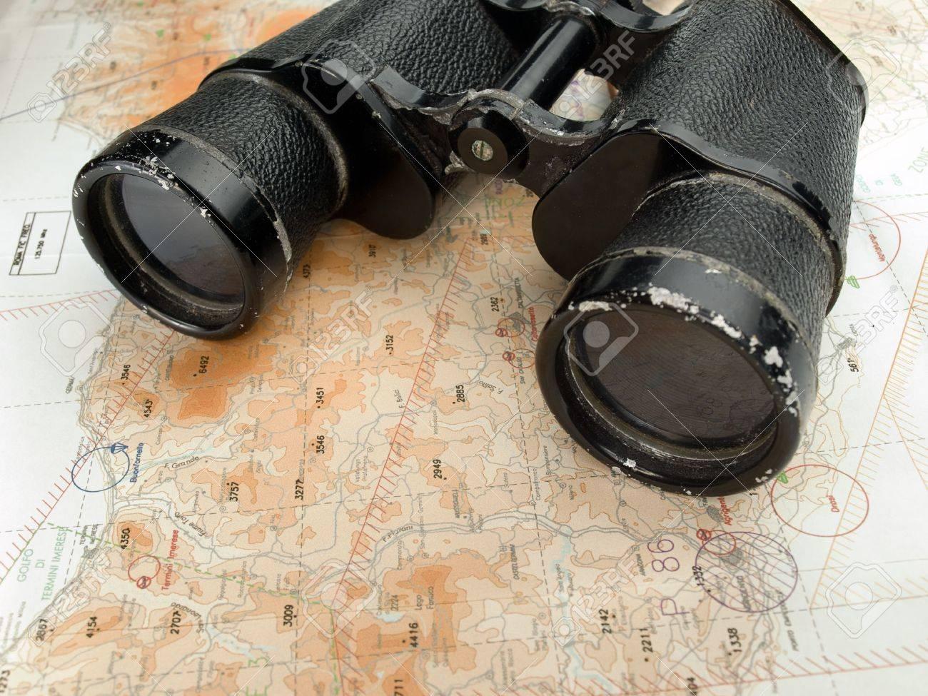 Fernglas auf der navigationskarte nützlich für die exploration
