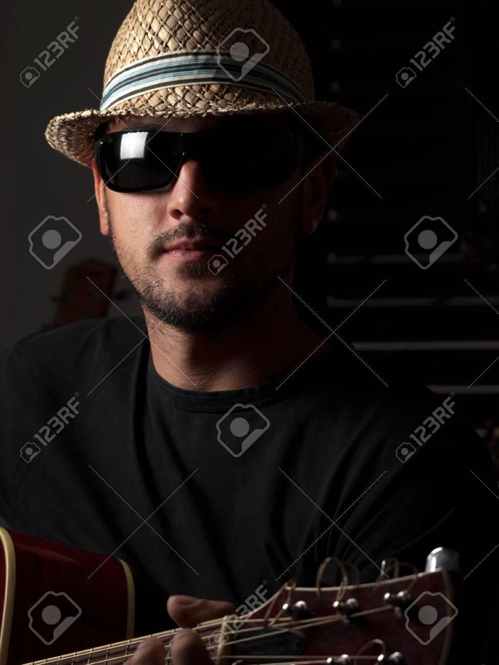 Y Gafas Joven Con Sombrero Tocando De Sol La Hombre GuitarraPara n0wPk8OX