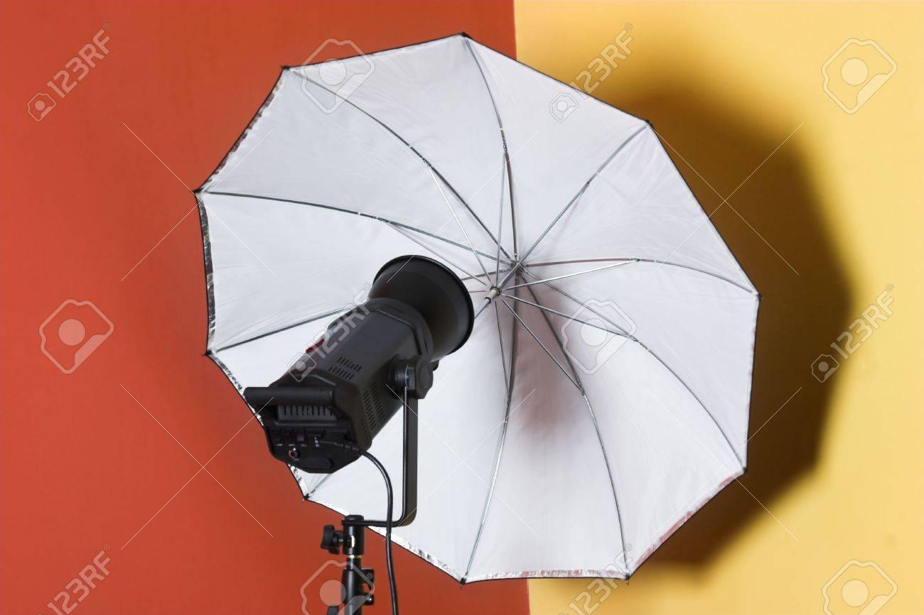 Immagini stock illuminazione flash testa con ombrello in studio