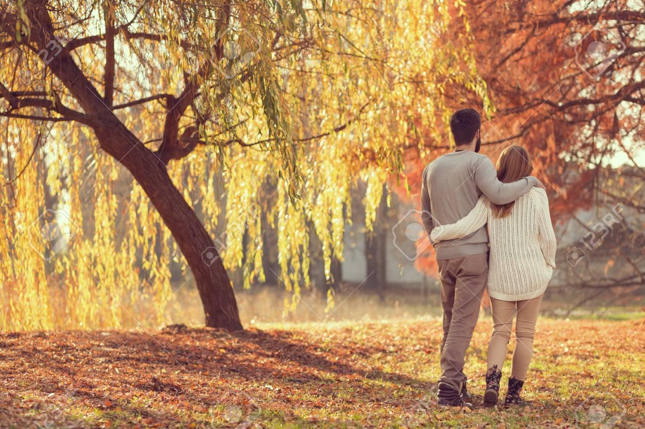 joven pareja de enamorados cogidos de la mano y caminando por un