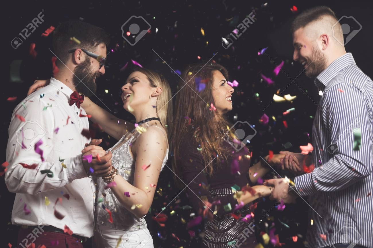 167cc882680e4 Dos jóvenes parejas de enamorados bailando en la fiesta de fin de año y  divirtiéndose Foto