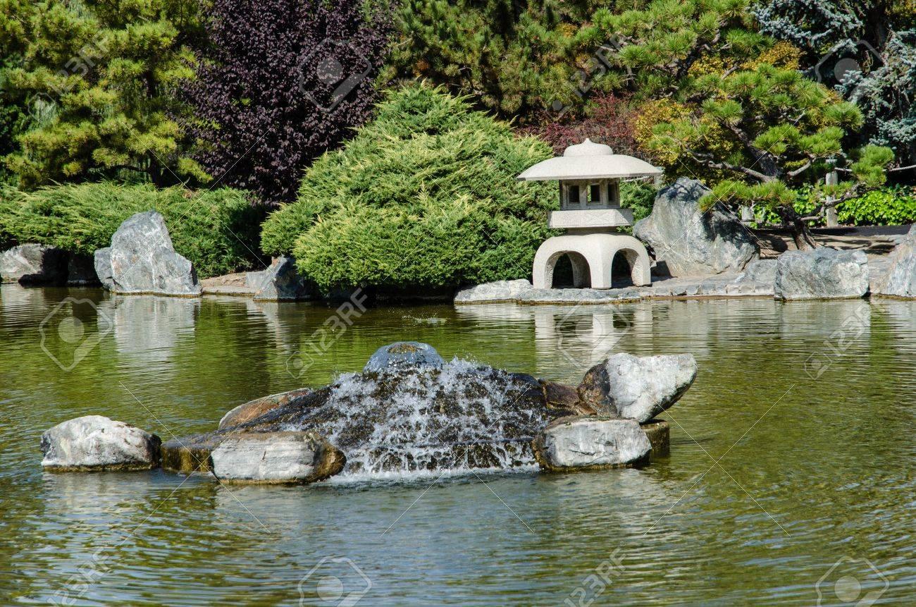 Jardin Japonais - Paysage Avec étang Et La Fontaine Banque D\'Images ...
