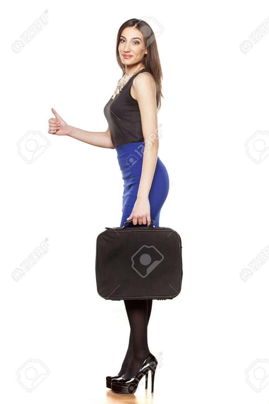 7fb30859d0d8d Banque d images - Vue de côté d une jeune femme élégante d affaires dans la  jupe bleu et noir sans manches chemise montrant le pouce en place et la  tenue ...