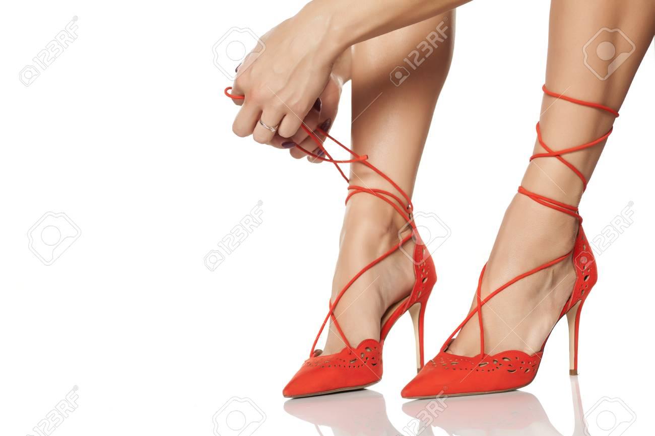 19e1328c1ce 여자는 그녀의 하이힐에 구두끈을 묶었 다. 로열티 무료 사진, 그림 ...