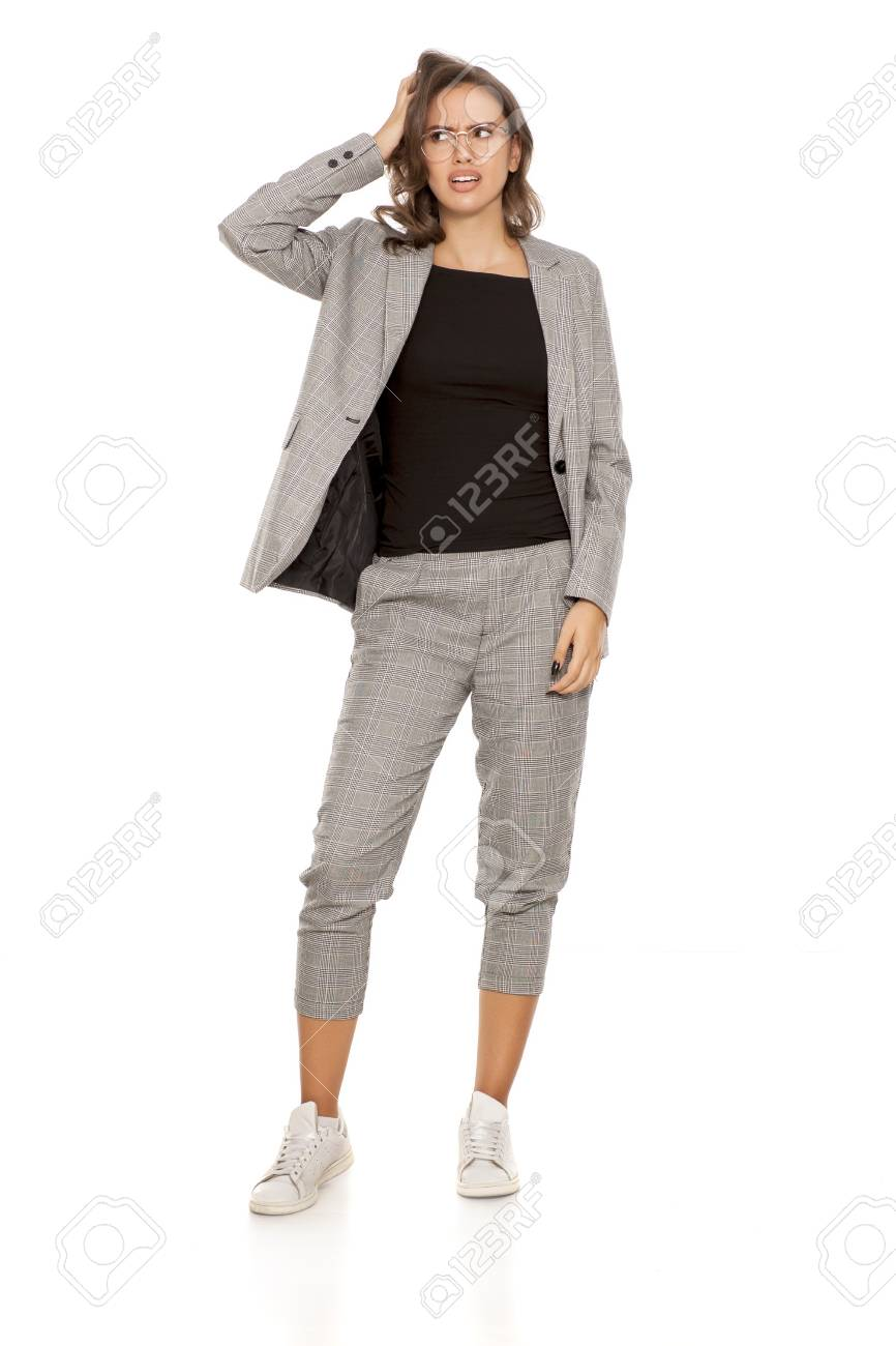 a48fb888a1c596 In Giovane Bella Donna Giacca Scarpe Camicia Una Da Confuso qZtSnzq