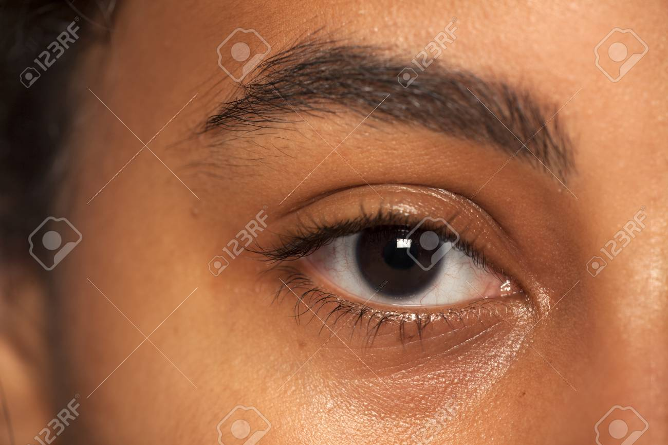natural eyebrow and eye without makeup of dark skinned female - 121338064
