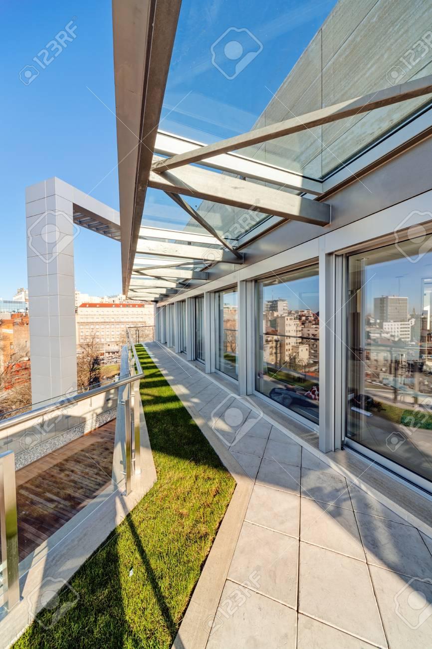 Terraza Con Construcción De Metal Y Vidrio En Edificio Moderno