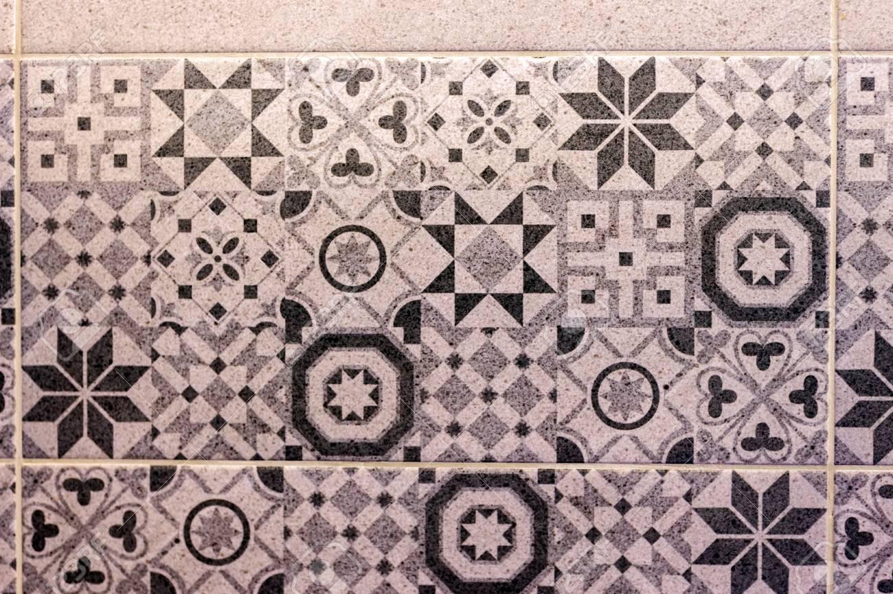 Chiuda su di bagno colorato e pareti decorate piastrelle in ceramica
