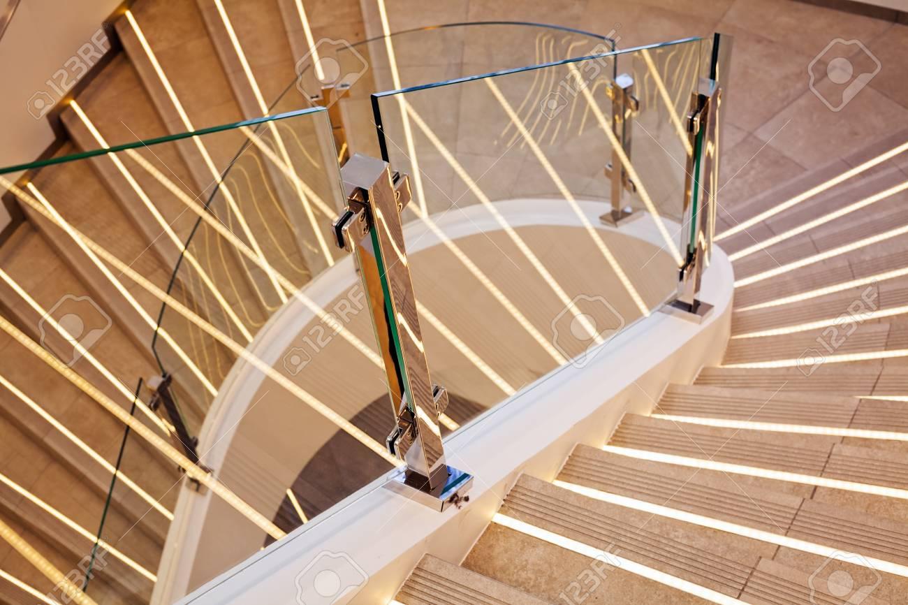 Barriere Escalier En Colimaçon escalier en marbre blanc incurvé moderne avec barrière en verre